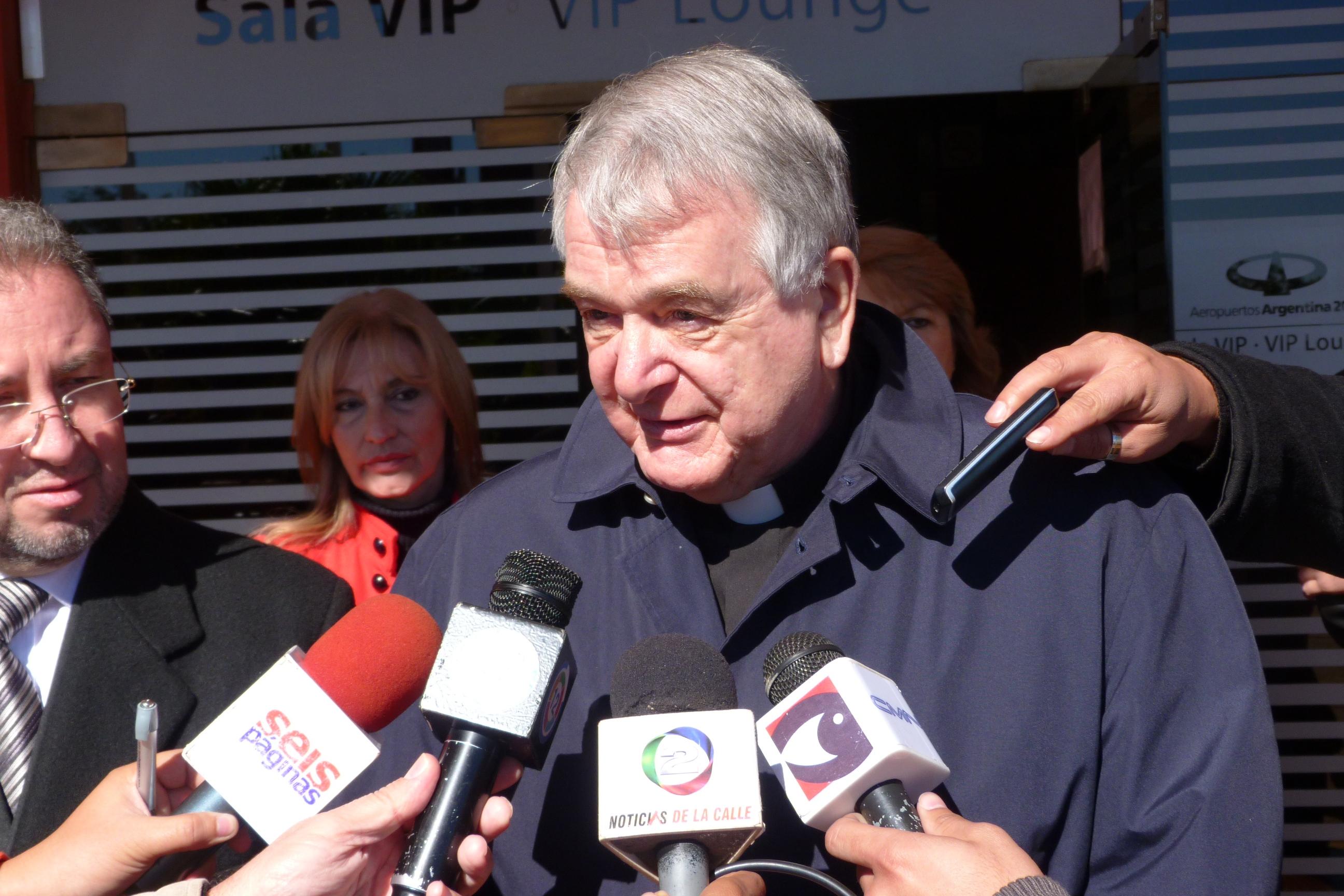 El Nuncio Apostólico fue recibido por autoridades en el aeropuerto de Posadas.