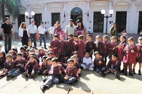 Gobernadores. Closs compartió con los chicos en la plaza 9 de Julio.