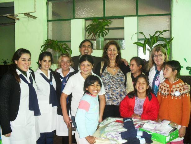 Gente del Rotary Club, docentes y niñas del Hogar, ubicado en Catamarca y Jujuy.