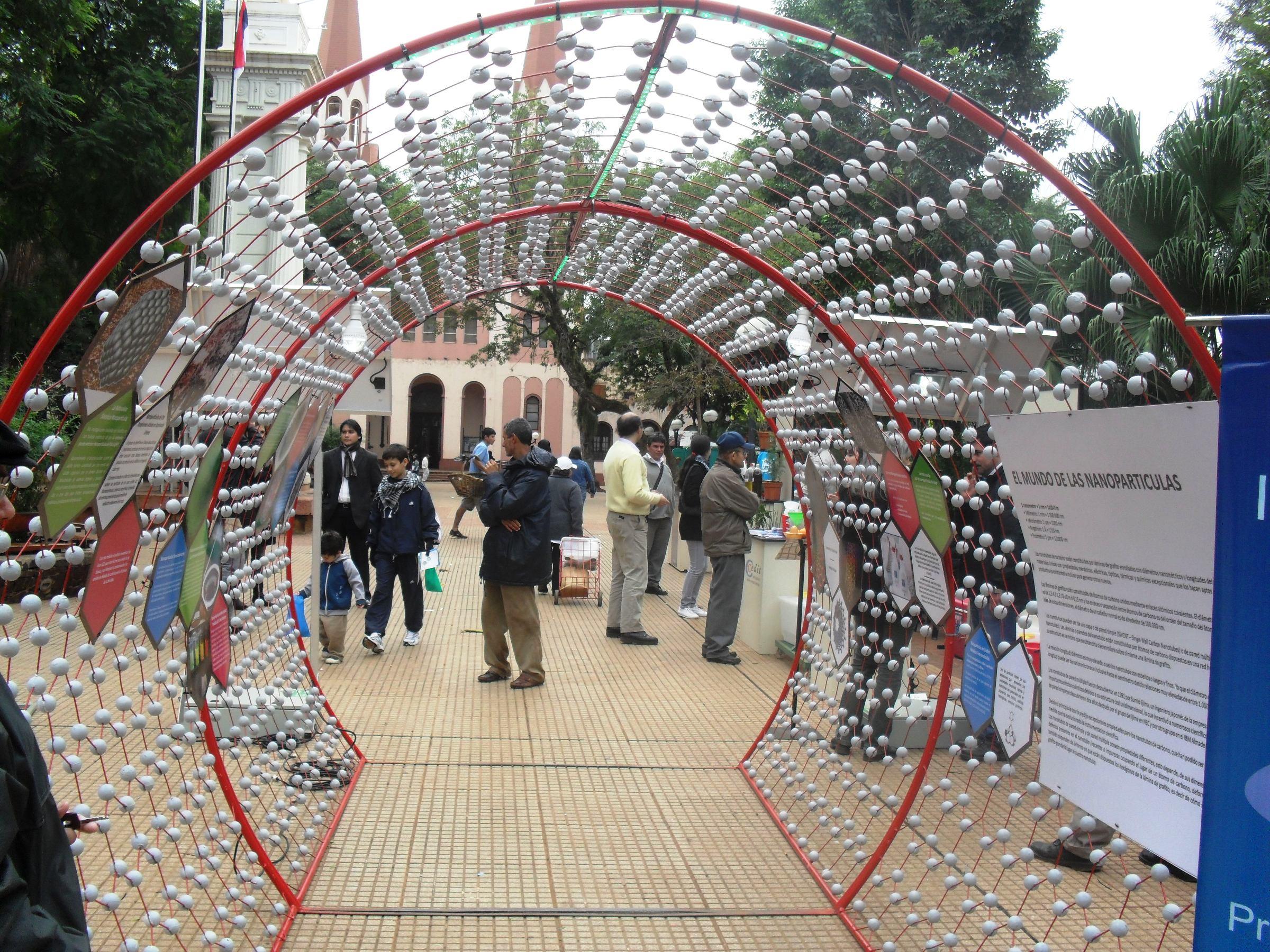 Exposición del nanotubo gigante en la plaza 9 de Julio.