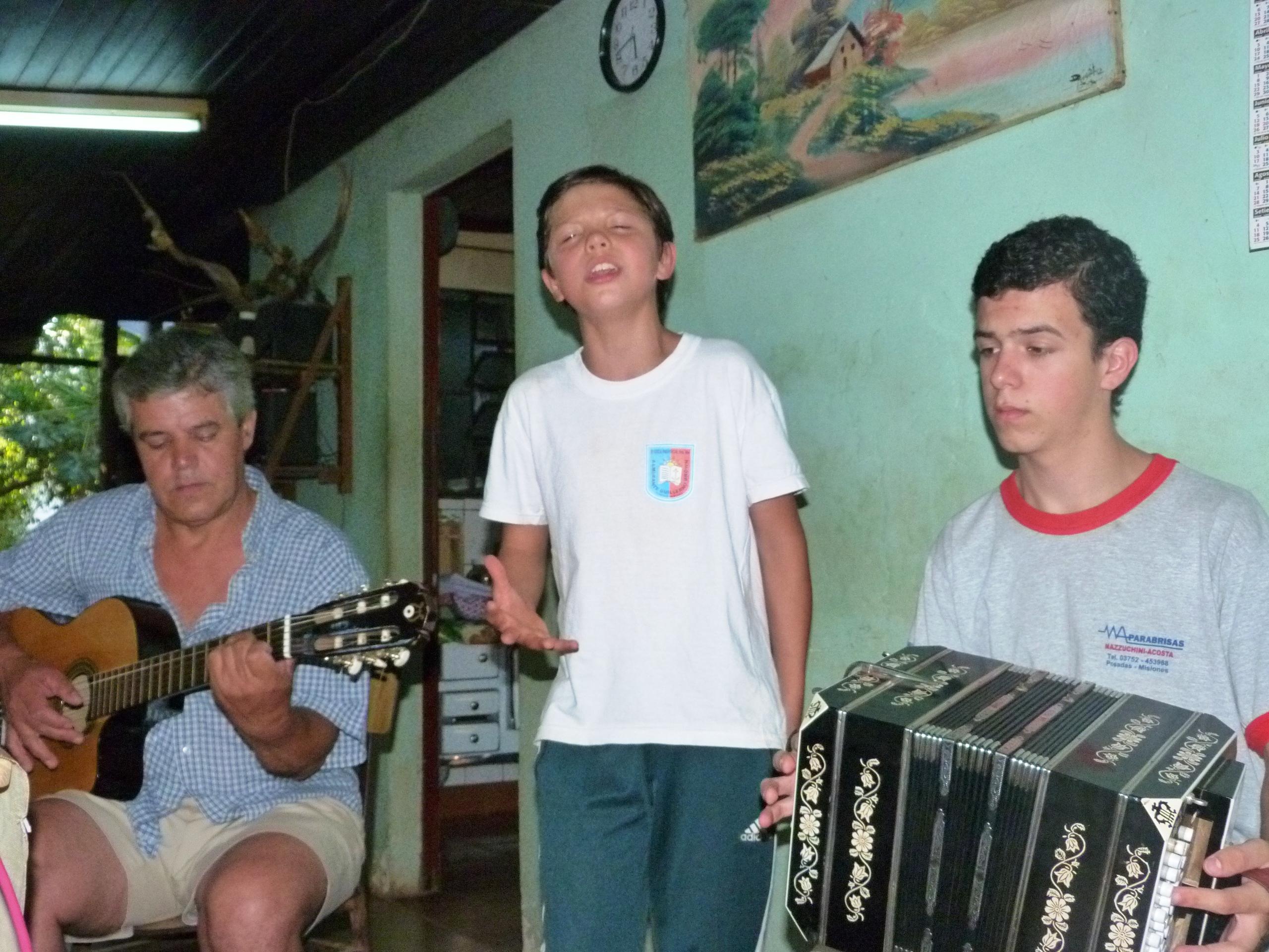 Lisandro se destaca por su voz, Joaquín ama el bandoneón y el padre, Oscar Benítez acompaña en guitarra.