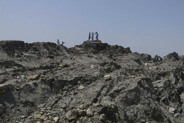 La gente azorada comenzó a explorar la nueva islita nacida después del sismo.