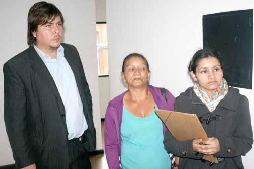 El abogado Marcelo Gómez y la viuda María Gómez junto a su hija Dalma Vera.
