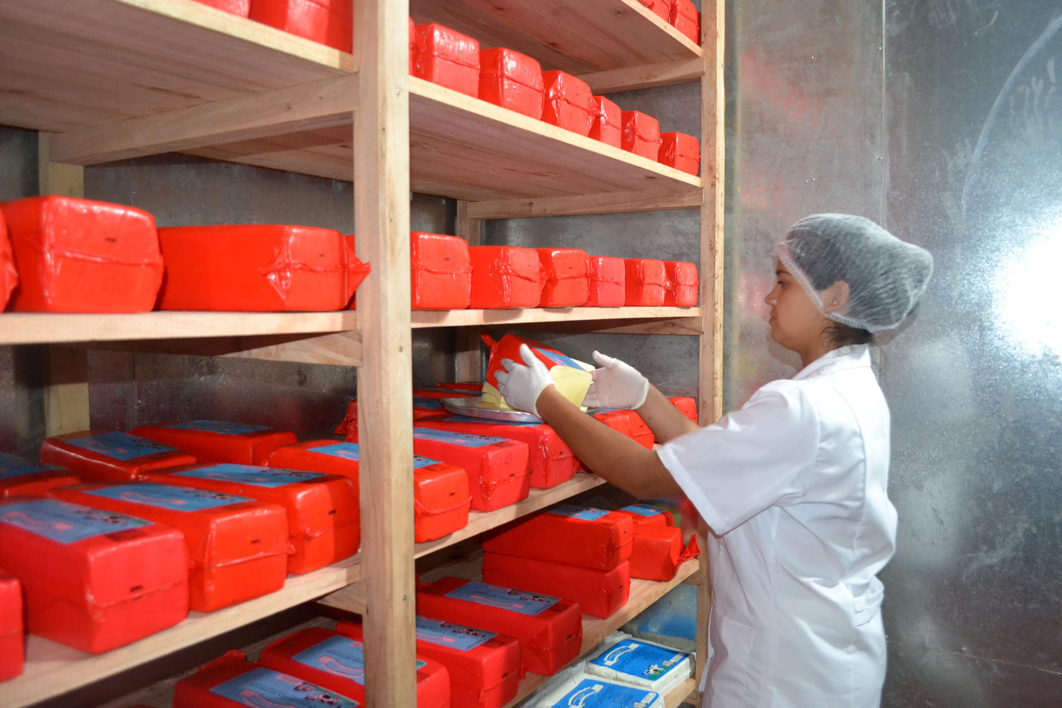 Quesos. La cooperativa produce 75 barras diarias de queso en El Soberbio.