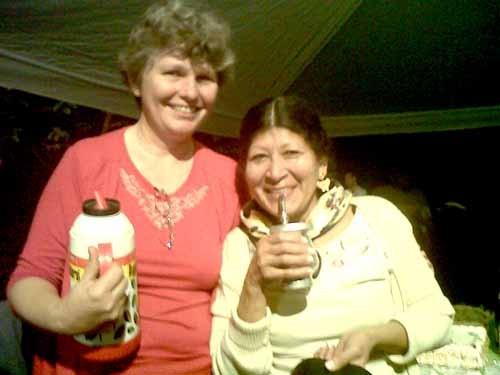 Educar. Isabel Quintero junto a una capacitadora de Yo, sí puedo en Caraguatay.