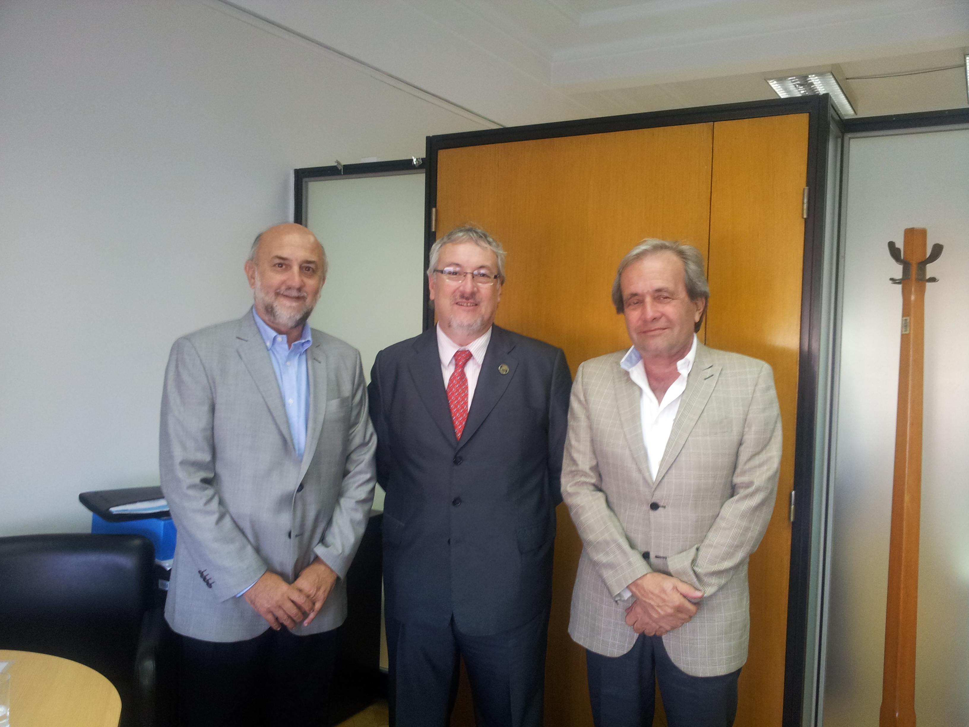 Firma. Almirón con los funcionarios del Banco Mundial y de la Nación.