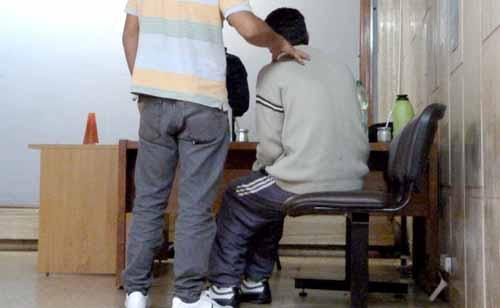 El imputado (sentado) debe pagar una fianza de 75 mil pesos por su libertad.