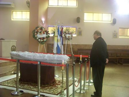 En la imagen, junto al cuerpo de Piña, el obispo de Iguazú, Marcelo Martorel