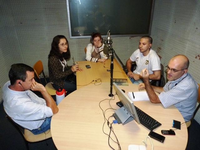 En la Mesa Grande: Laura Ruiz Diaz del centro de Estudiantes del Martín de Moussy, Naiara Alfonso del mismo colegio y Pablo Cantero de la Industrial.