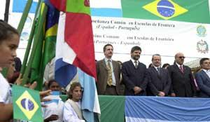 Bandera verde. La nutrida delegación argentina copó el acto en la ciudad brasileña de Dionisio Cerqueira, frente a Irigoyen.