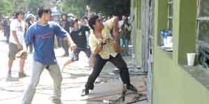 Molestos. Los manifestantes arrasaron con todo lo que se encontraba en su camino.
