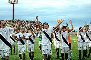 """Festejó Guaraní. Los jugadores de """"La Franja"""" celebraron la victoria en Santa Inés junto a su gente que acompañó."""