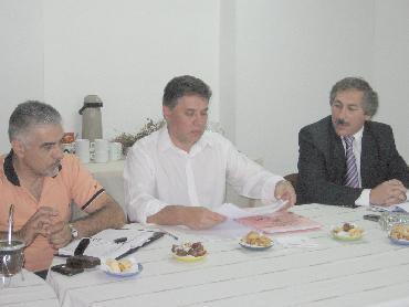 El ministro de Hacienda (derecha) se reunió ayer con los diputados de la comisión de Hacienda.