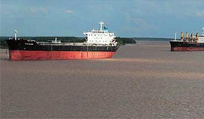 Los buques necesitan un lastre que los equilibre en la navegación. El agua que cargan para ello bien puede venderse. (Foto gentileza Crítica de la Argentina).