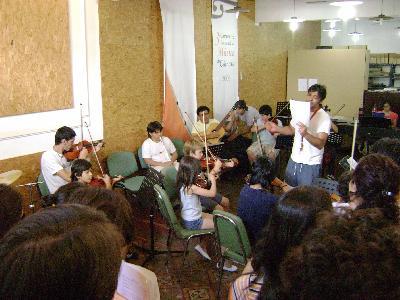 Ensayo con la Orquesta sinfónica Juvenil, el Ensamble Coral Universitario y Japo Fleitas (de remera blanca).