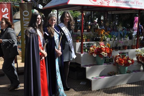 Reinas de Montecarlo promocionan la Fiesta de la Orquídea en la plaza 9 de Julio.