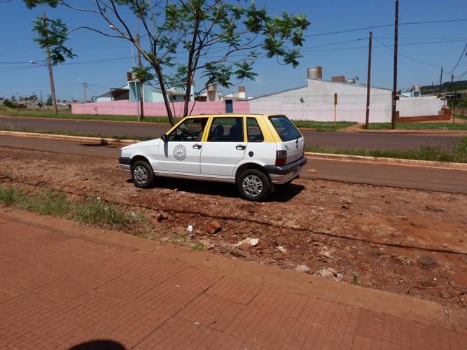 El taxista se quedó sin las llaves del auto y lo tuvo que empujar hasta que recibió ayuda.