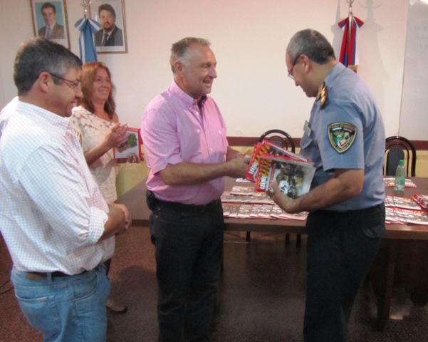 El diputado Guccione entregó folletería donada a la Policía de Tránsito.