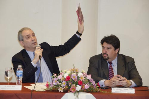 Apertura. Alak y Closs encabezaron el encuentro de antilavado en Iguazú.