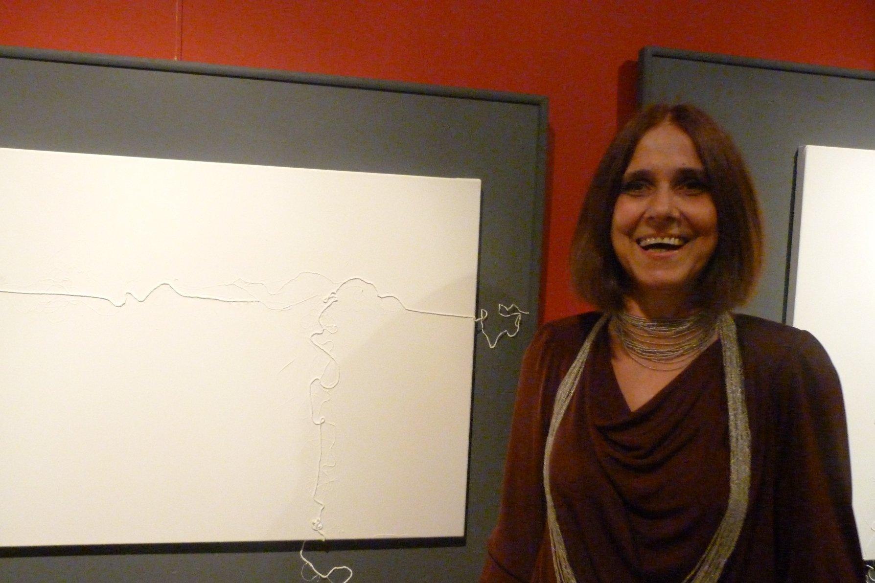Chiquitina Engel expone trabajos con hilos.