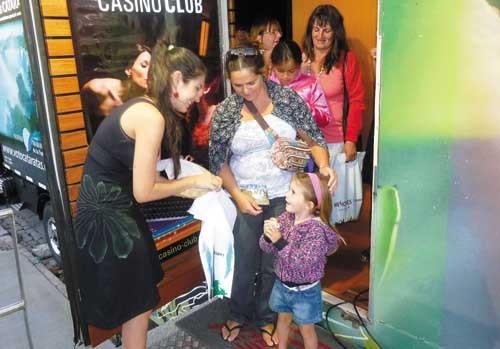 Promoción. Cientos de personas visitaron el Embajador Misionero en La Feliz.