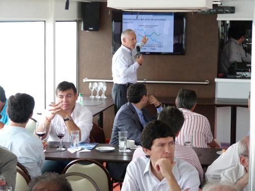 Paseo. Vasconcelos expuso en un almuerzo que se hizo navegando el Paraná.