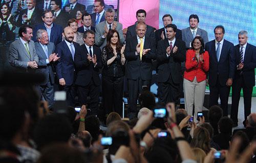 Respaldo. Closs y varios gobernadores participaron de un acto con Cristina en Mar del Plata.