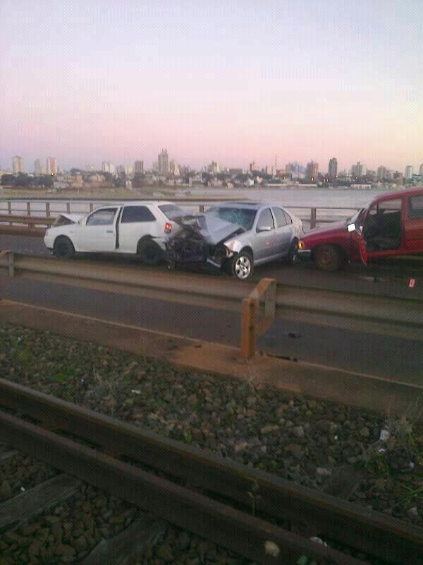 Triple choque, del lado argentino, en el puente internacional San Roque González de Santa Cruz.