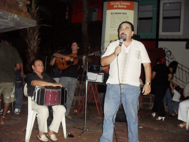 Daniel Fiorino animó la noche de Chaloy frente al monumento El Mensú, en la Bajada Vieja.