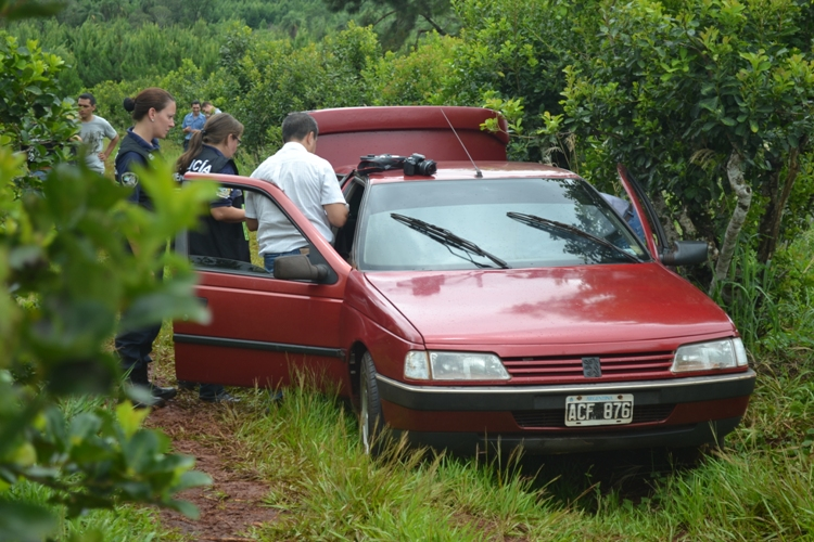El Peugeot 405 de Rojas, a 200 metros estaba su cuerpo sin vida.