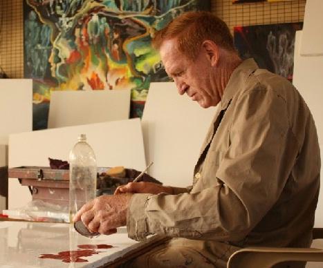 Neumann observó creaciones de Kowalski basadas en el paisaje misionero.