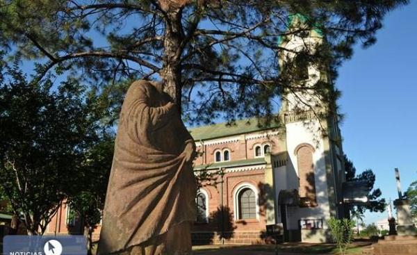 El santo sin cabeza no identificado está cerca de la iglesia San Pedro y San Pablo de Apóstoles.