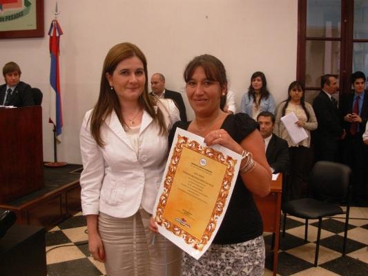 La concejal Laura Duarte entregó la declaración a una nieta de Correa.