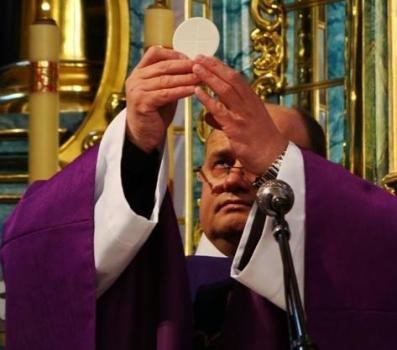 El padre Jaroslaw Kania firmó contrato con el obispo Martorell de Iguazú.