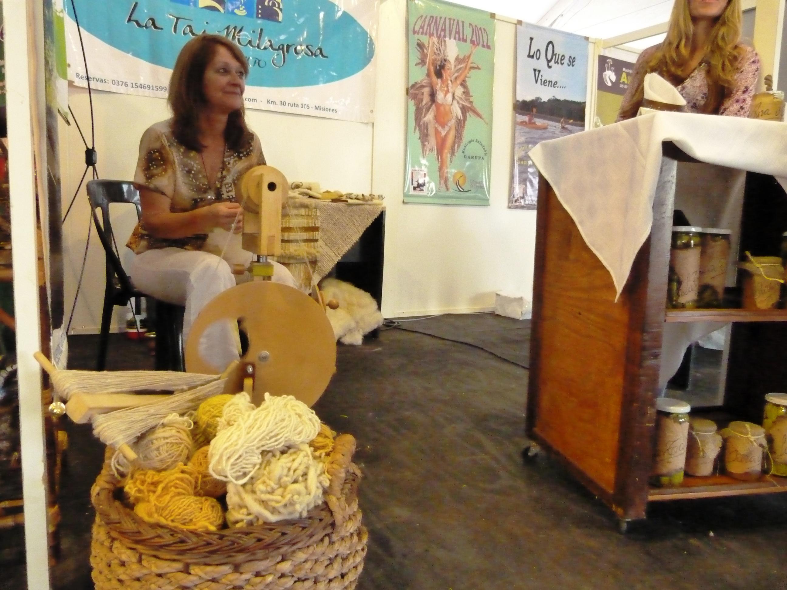 María Millán hila lana de oveja en forma manual con una rueca.