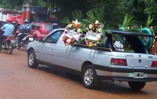 Interminable la caravana que acompañó los restos de Mariela hasta su entierro.