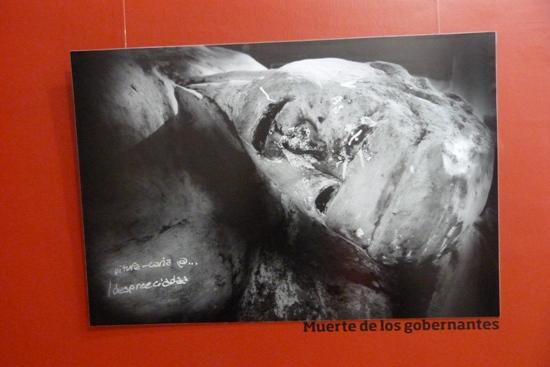 Escultura que representa a los ex gobernantes muertos, en la avenida Corrientes en Posadas. (Foto Tuny Warenycia)