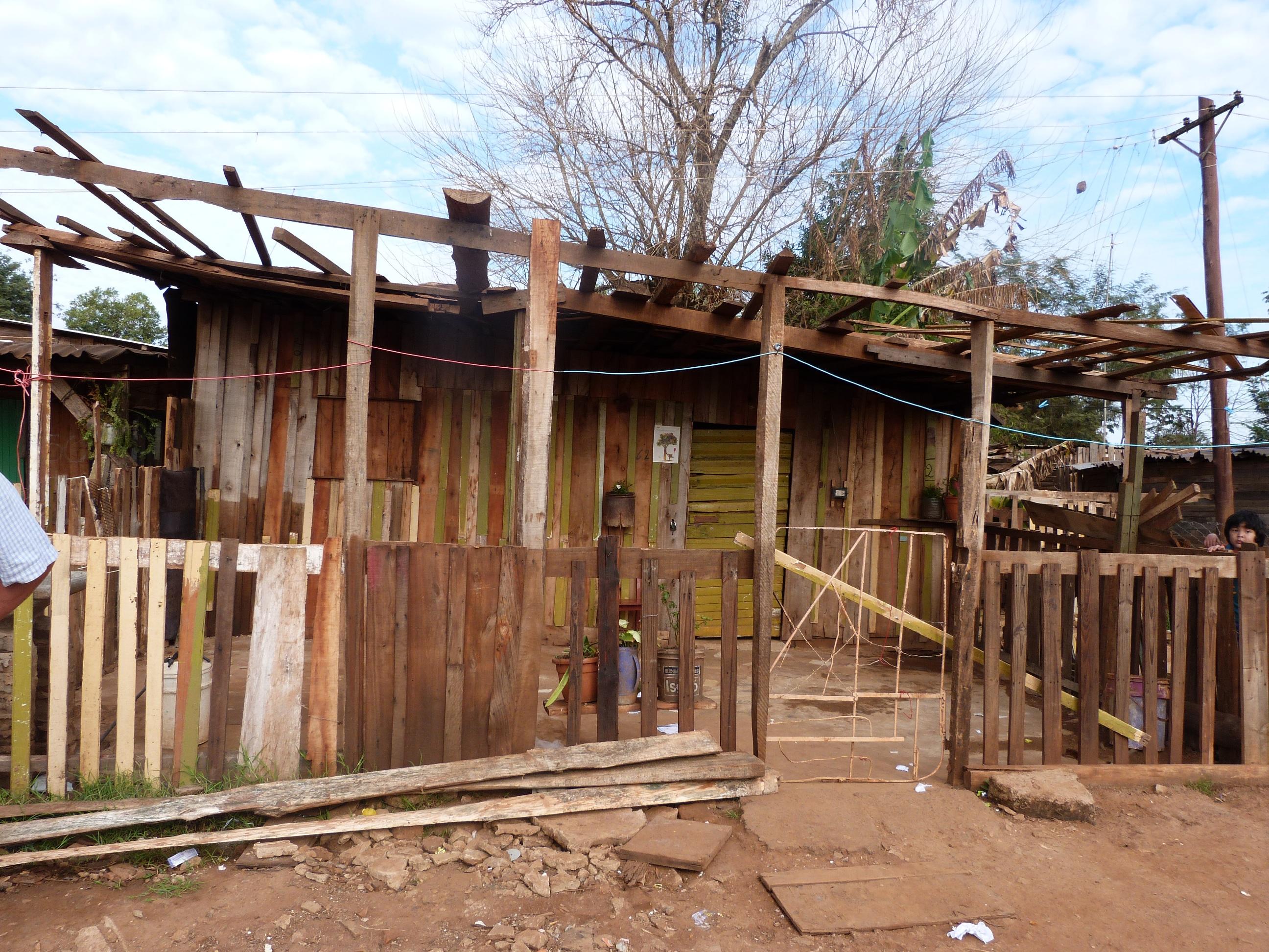 En Villa Lanús,  vivienda de la pareja, donde el hombre vendió el bebé a los gitanos.