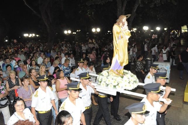 Cadetes de la Escuela de Policía transportan la imagen de San José.