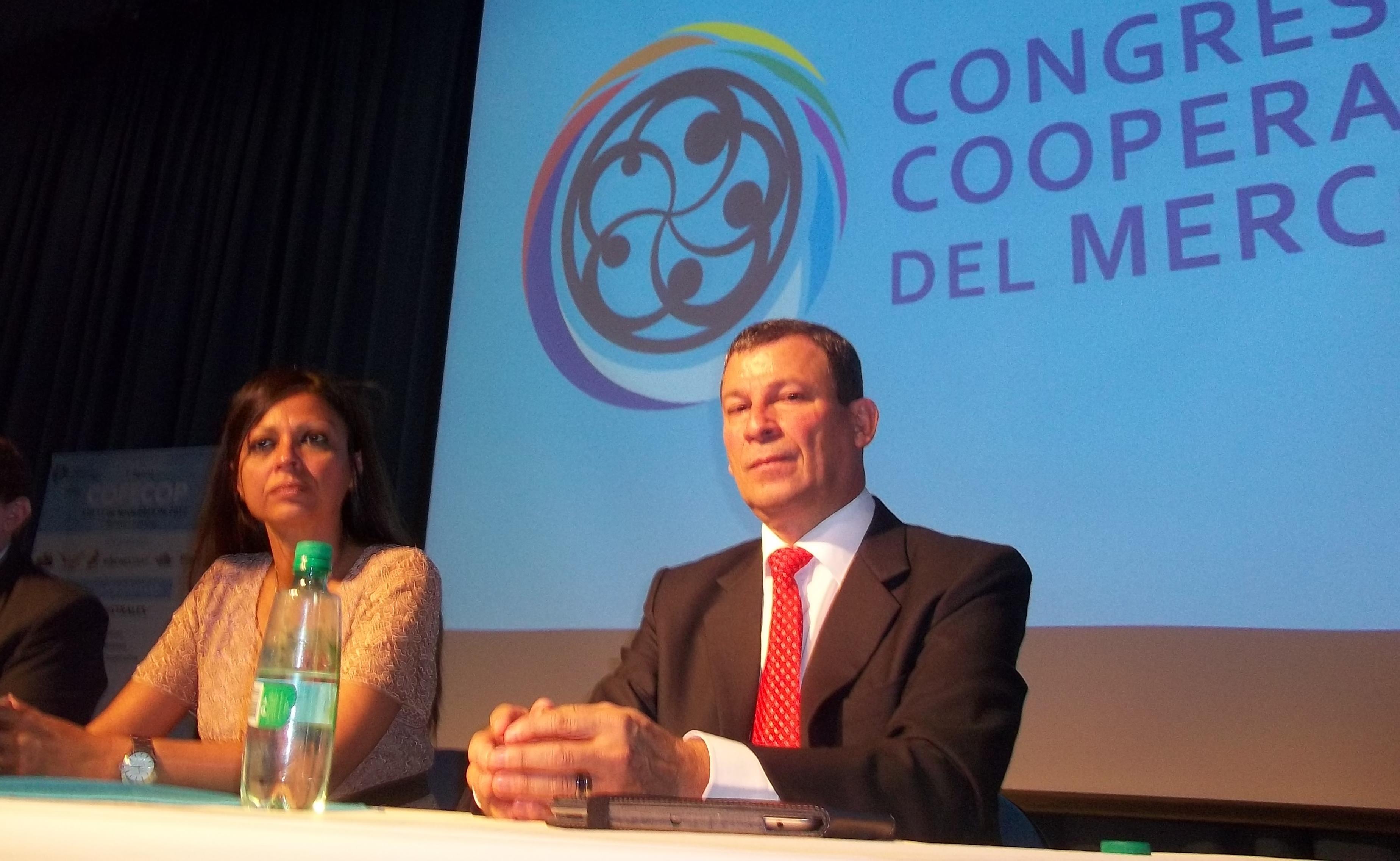 La ministra Fabiola Bianco y el disertante Mora Portuguez, en el Centro de Convenciones.