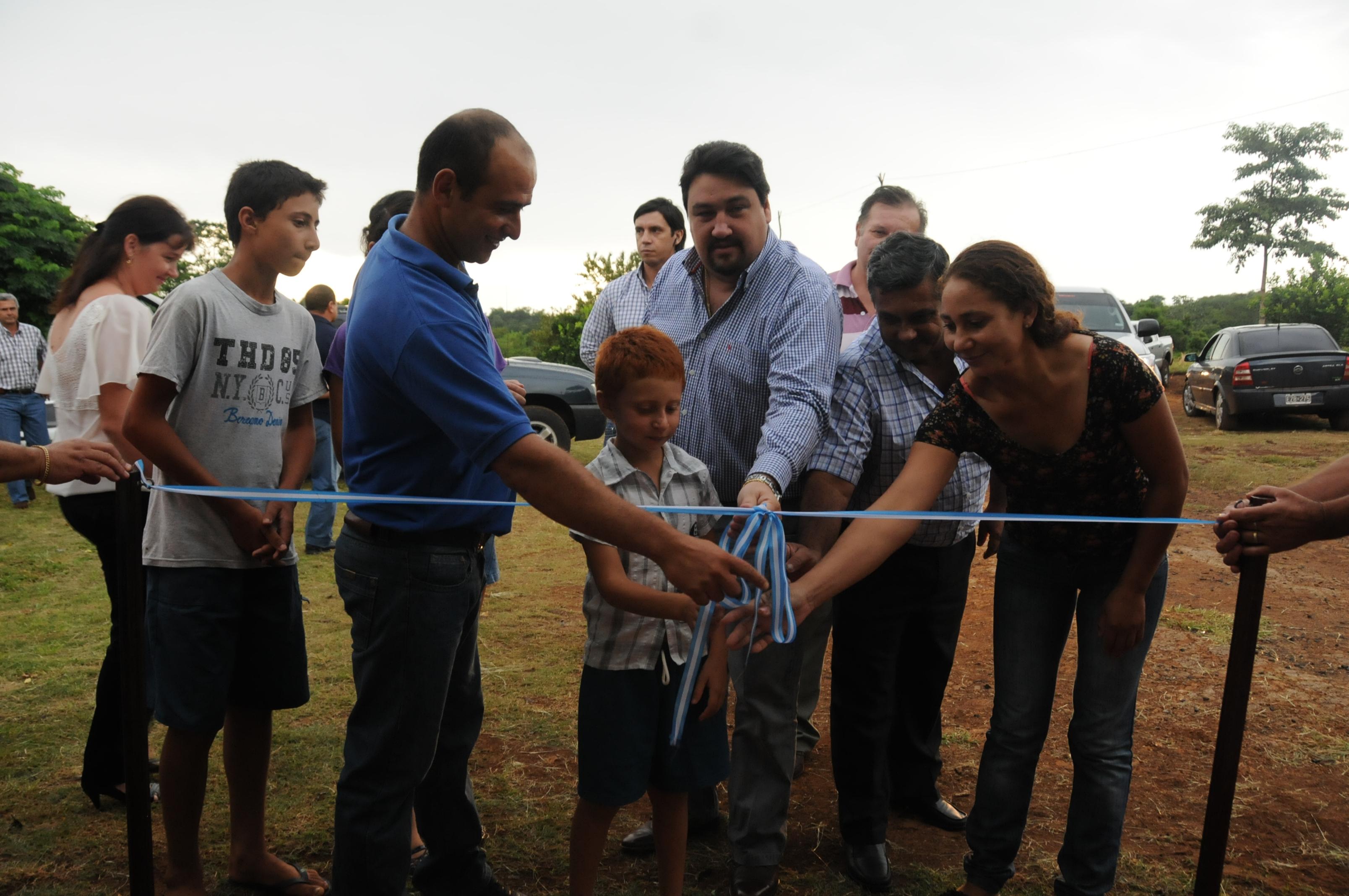 Inauguración. Closs estuvo en Dos Arroyos y visitó un barrio con viviendas rurales.