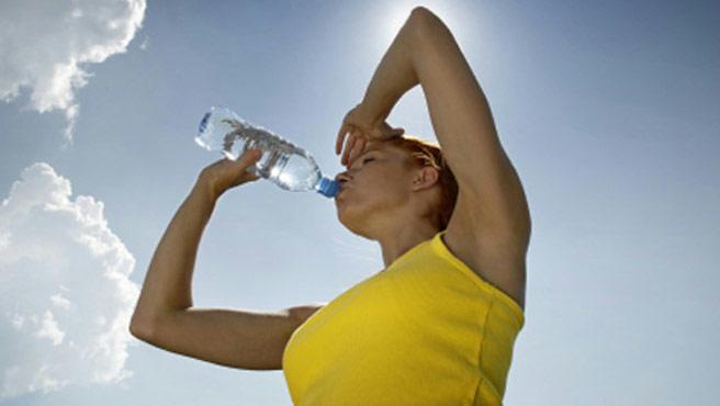 Afirman que el alcohol, gaseosas o jugos artificiales no hidratan.