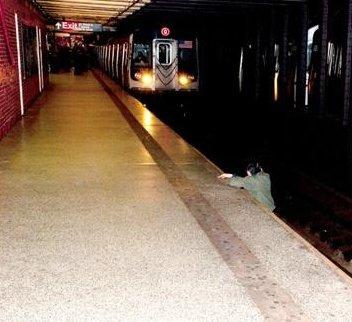 Foto: Imagen de The New York Post de un hombre a punto de ser atropellado en el metro de Nueva York.