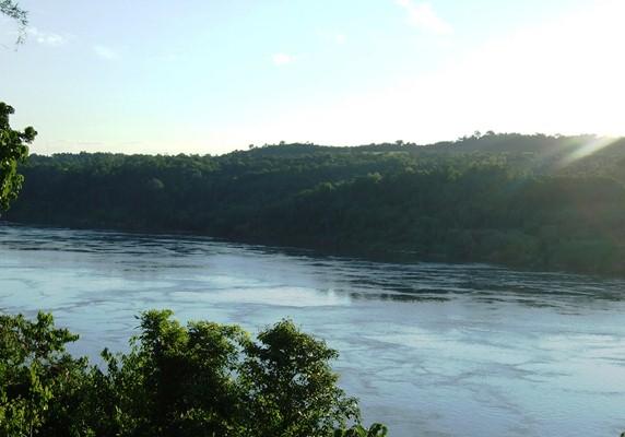 Río Paraná que separa Eldorado de Mayor Otaño.