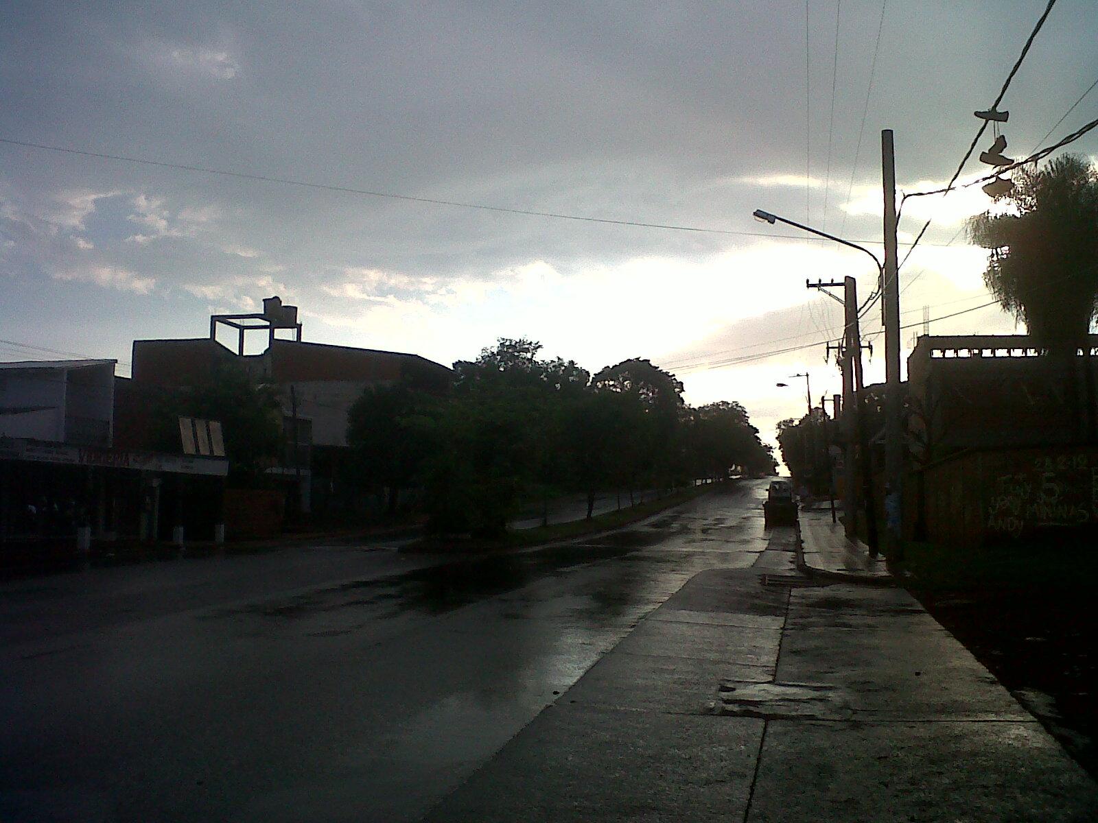 En algunos sectores de Posadas la lluvia llegó con el sol del día. Foto tomada en Urquiza y Aguado.