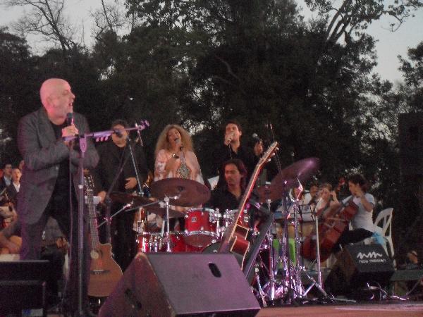 """Comenzó su show cantando """"El mensú"""", con todos los músicos misioneros en escena."""