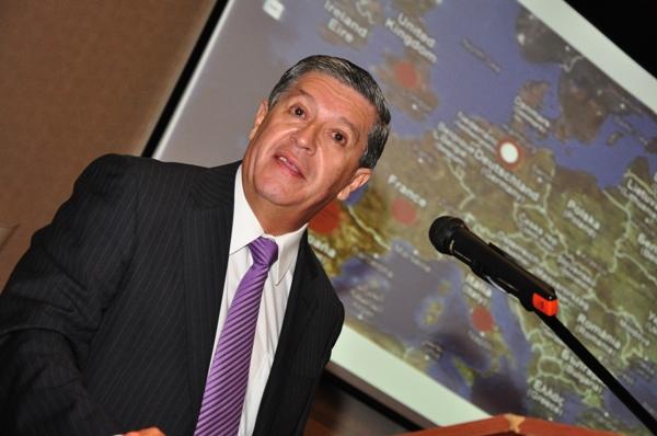 El presidente del IPLyC, Eduardo Torres en la disertación en Iguazú.