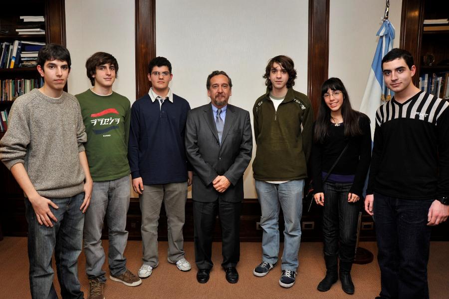El estudiante posadeño Alejandro Candioti, segundo desde la izquierda.