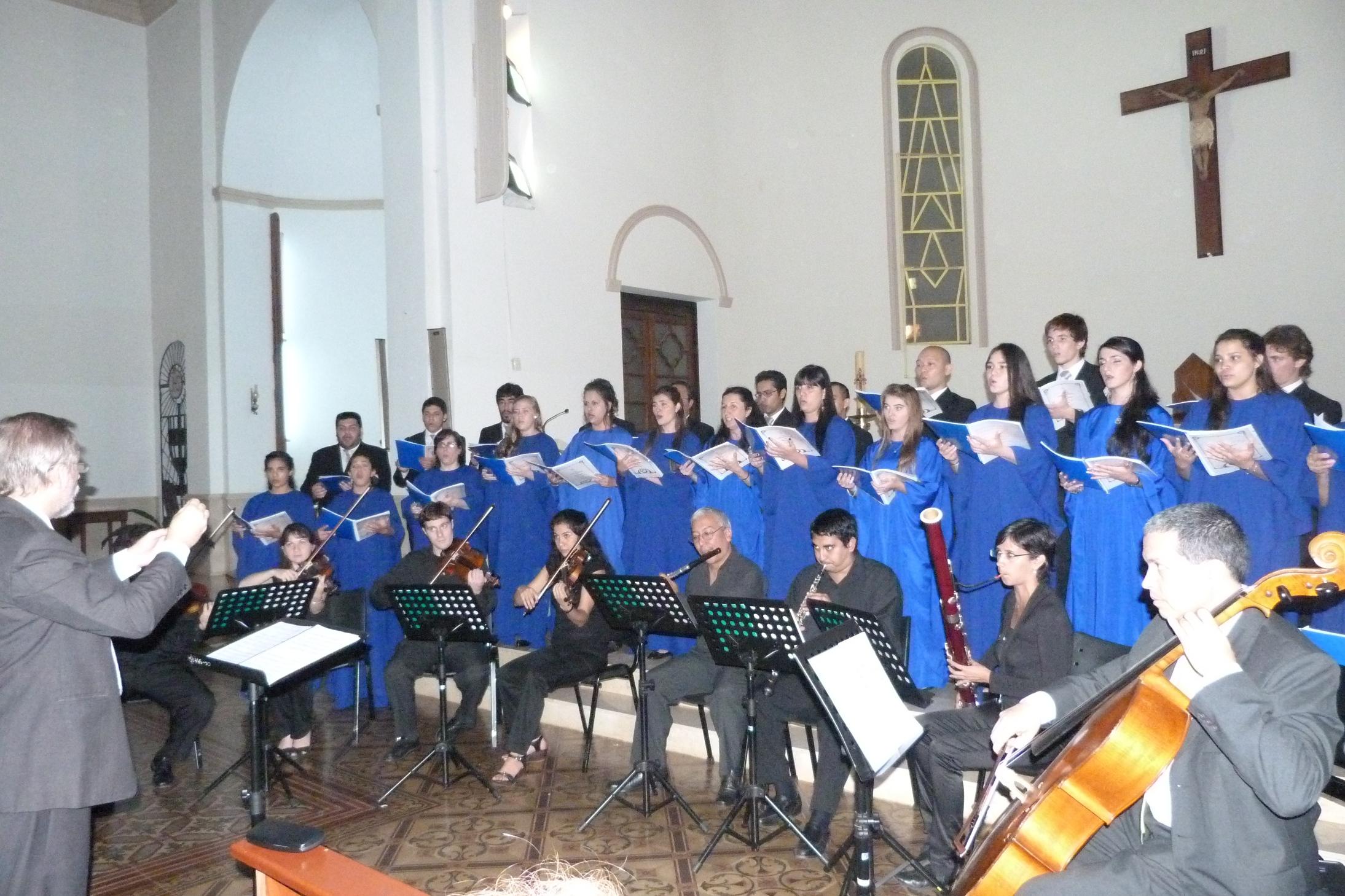 El Coro Universitario ofreciendo su repertorio anoche en la Catedral.