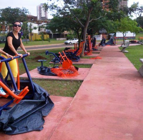 Detrás de cada aparato de gimnasia la Municipalidad puso un instructivo de cómo usarlo